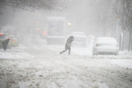 Tempesta di neve a New York, un morto e centinaia voli fermi
