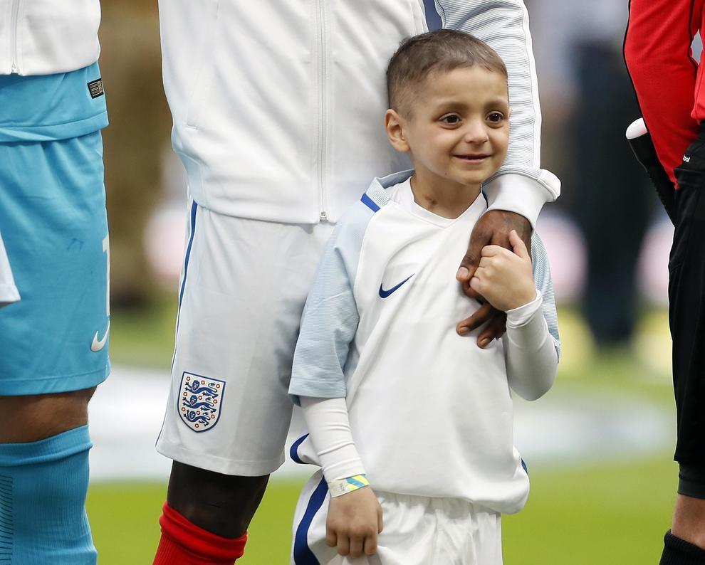 Defoe abbraccia il piccolo Bradley Lowery, malato terminale di cancro