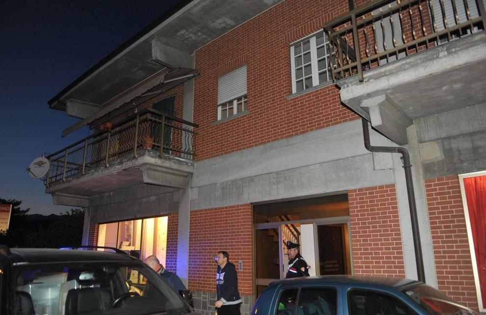 Uccide la moglie a coltellate e chiama i carabinieri: