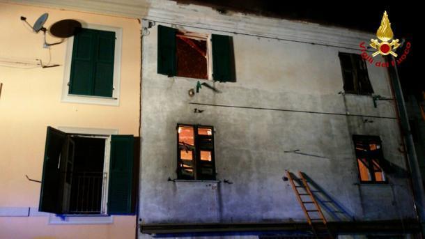 Brucia la casa, i genitori lanciano il figlio dalla finestra: è gravissimo