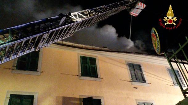 Genova, incendio in una palazzina: lanciano il figlio nel vuoto per salvarlo