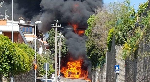 Ariccia, esplode un'autocisterna piena di gasolio. Paura e case evacuate