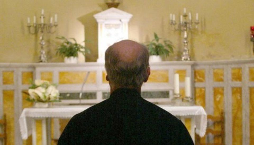 Ferrara, prete ubriaco fugge dalla polizia e investe un agente