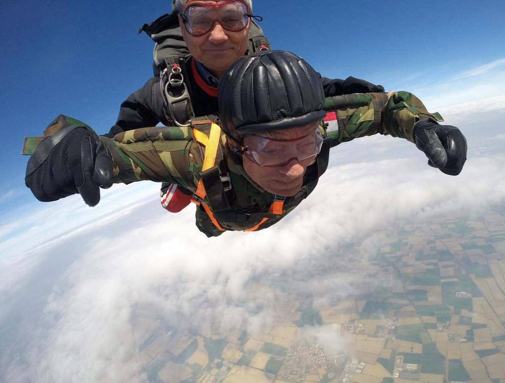 A 96 anni si getta con paracadute