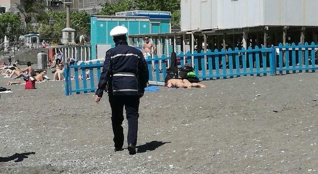 Turiste nude in spiaggia: scandalo a Minori