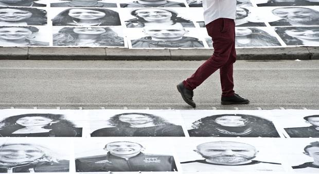 Poster di napoletani sul Lungomare Tremila volti diventano opera d'arte