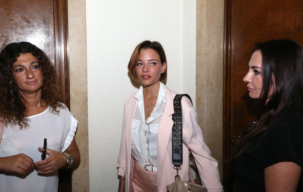 Fabrizio Corona riabbraccia Silvia Provvedi in aula: i baci sanno di libertà