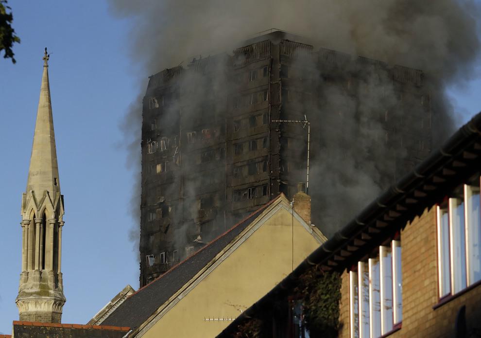 Londra, a fuoco grattacielo: 12 morti, due famiglie italiane nella torre