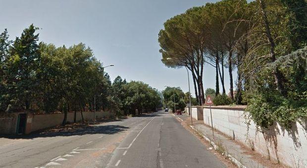 Roma, si schianta con l'auto contro un albero: morto 25enne