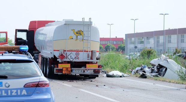 Schianto autocisterna-furgone sulla Romea: 2 morti