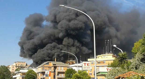 Enorme incendio in via Battistini, tre palazzine evacuate