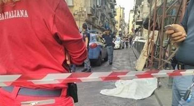 Ragazza trovata a morta a Forcella, il corpo avvolto in una trapunta