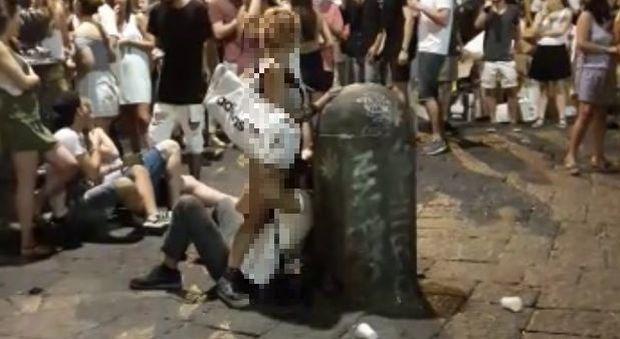 Scandalo a Piazza San Domenico, sesso orale davanti a tutti