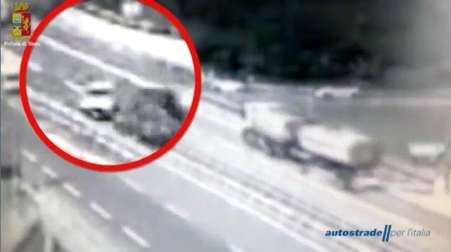 Anziano entra in autostrada contromano: il frontale è choc