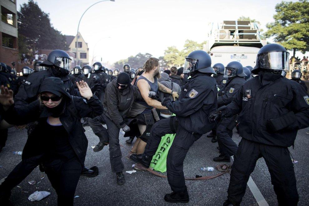 Amburgo: devastazioni in città per il G20. E Melania Trump resta bloccata