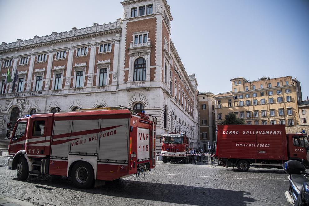 Roma, camion si ribalta a Montecitorio: