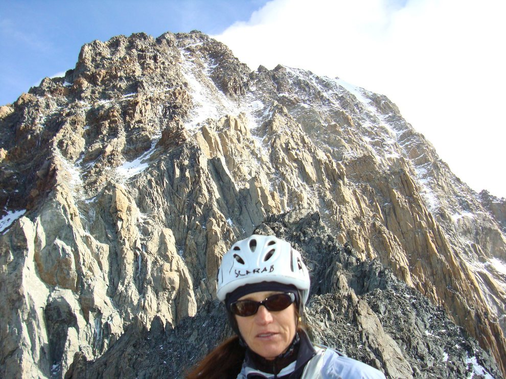 Ciclista travolta da un camion, Alessandra muore a 50 anni