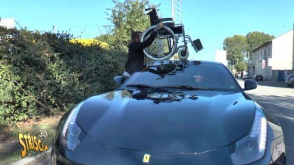 Striscia la notizia parcheggia la sedia a rotelle sul tetto della Ferrari
