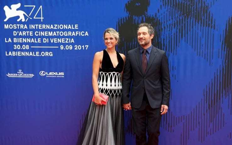 Claudio Santamaria difende la compagna: