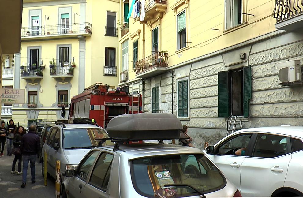 Incendio a Napoli, gravemente ferito