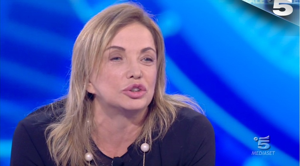 Simona Izzo non resiste: incidente imbarazzante al Grande Fratello Vip