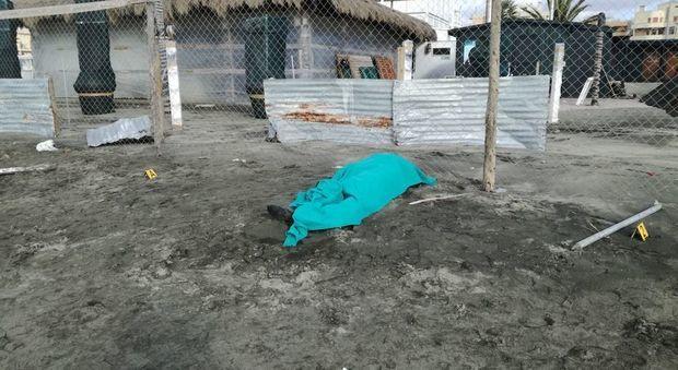 Trovato un cadavere in spiaggia a Ostia