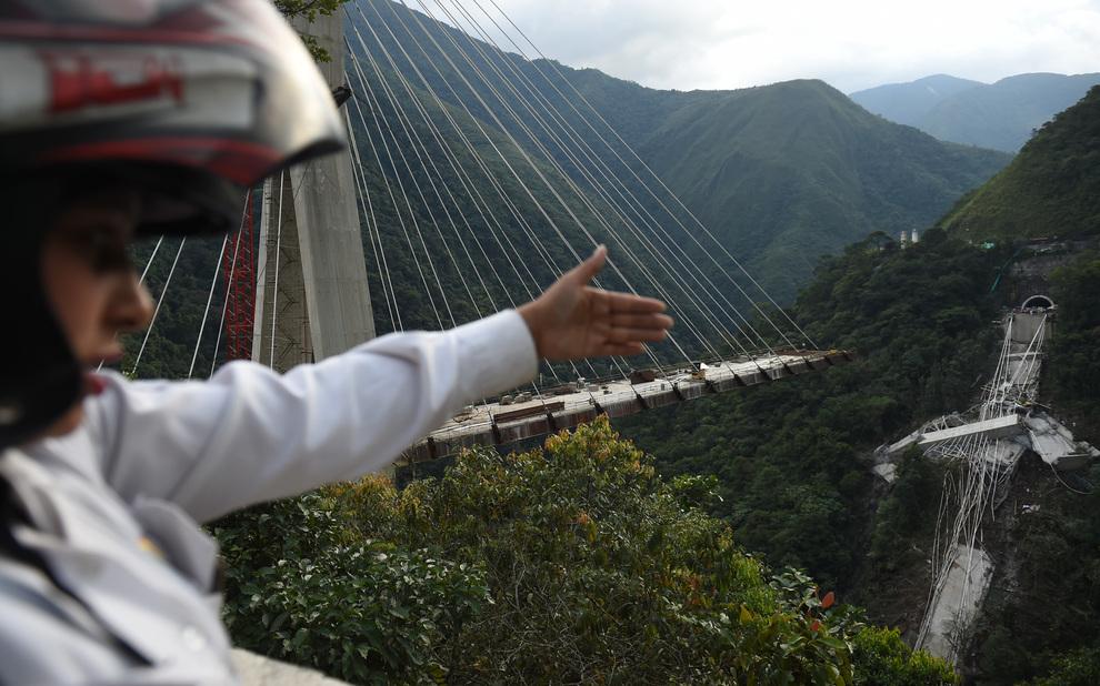 Crolla ponte in costruzione, morti dieci operai: