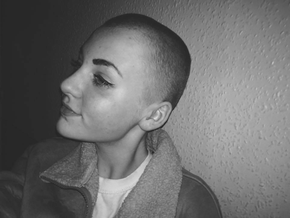 Si rasa i capelli per donarli ai bimbi malati di cancro: punita e sospesa dalla scuola