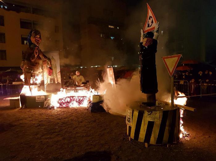 Giovani padani danno fuoco a un fantoccio della Boldrini