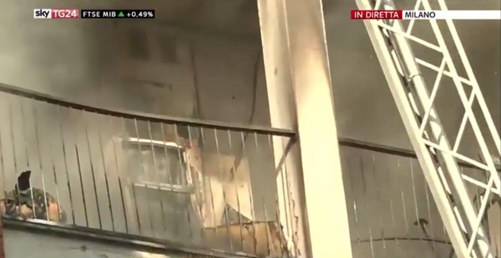 Milano, palazzo in fiamme: pompieri salvano 3 persone