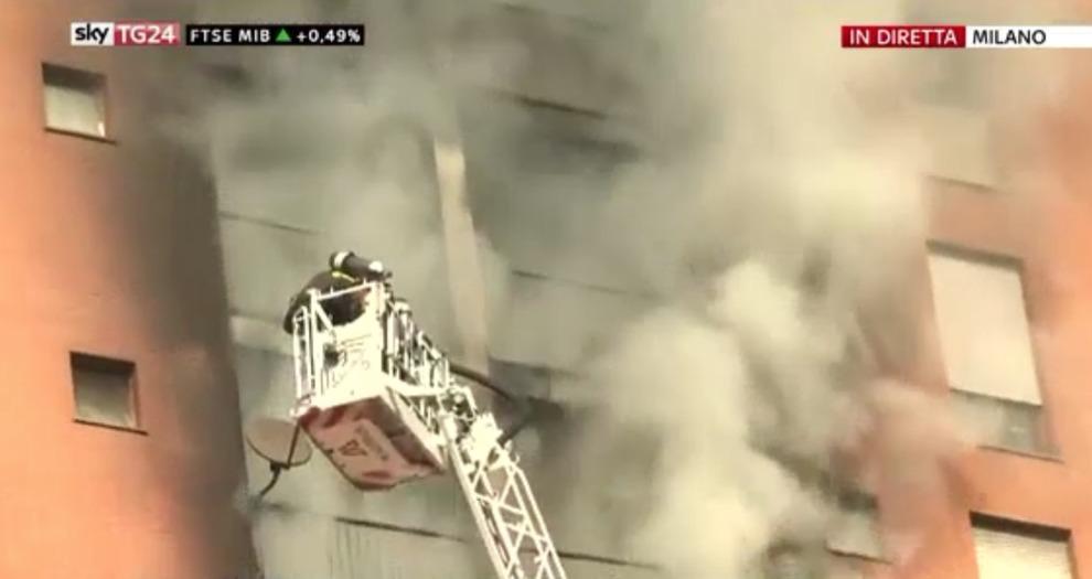 Milano, Quarto Oggiaro: incendio in palazzo, bambino in condizioni disperate