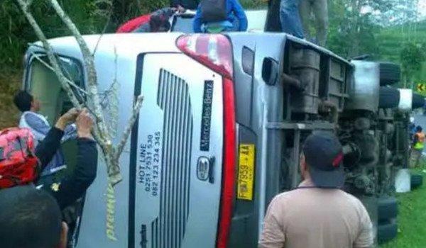 Indonesia, pullman precipita giù da una collina: 27 morti