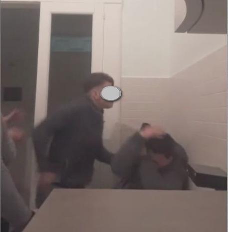 Bari, adescano pedofilo in casa e lo pestano in diretta Facebook