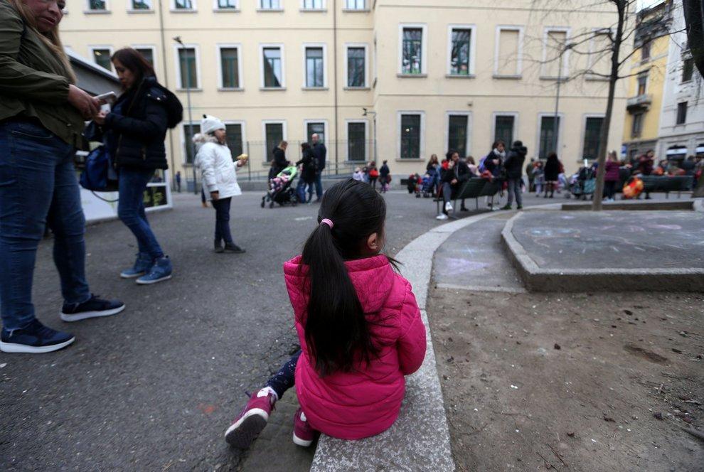 Cede controsoffitto scuola,coinvolti bimbi,paura e no feriti