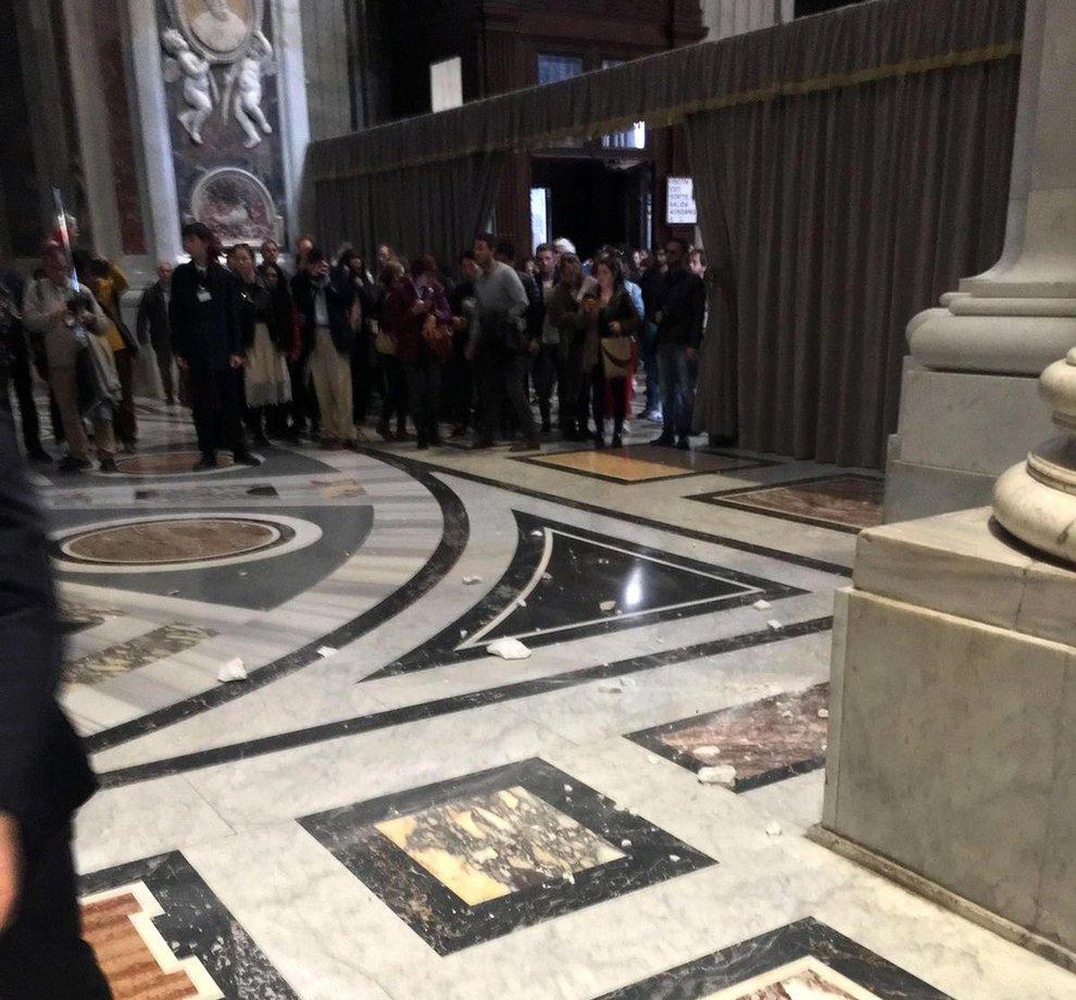 San Pietro, si stacca un pezzo d'intonaco: paura ma nessun ferito
