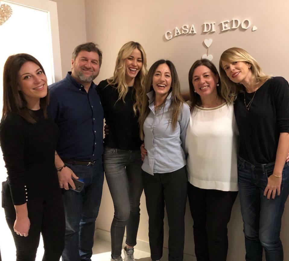 A casa di Edo arrivano le show girl Alessia Marcuzzi ed Elena Santarelli ed è subito allegria