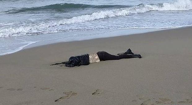 Paestum, cadavere di donna sulla spiaggia: trovato da una scolaresca in gita