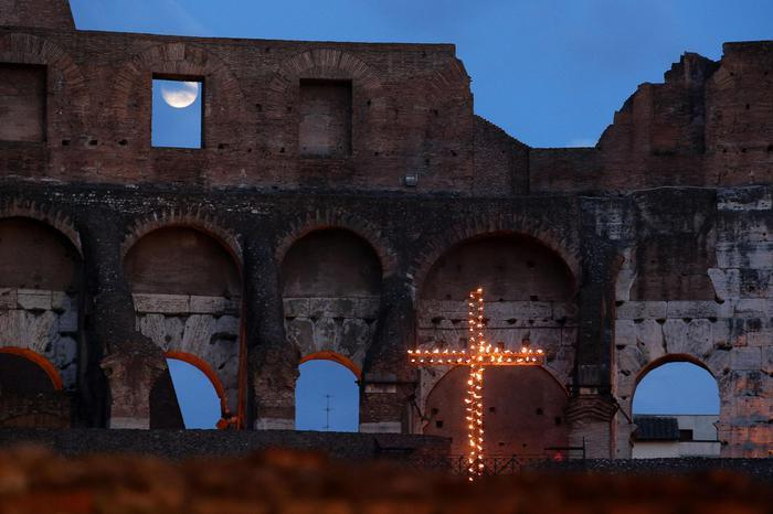 Via Crucis del Papa al Colosseo questa sera per il Venerdì Santo