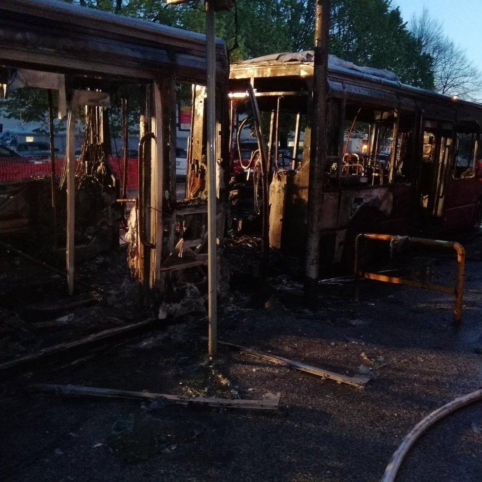 Roma, a fuoco un bus a Portonaccio: autista spegne le fiamme