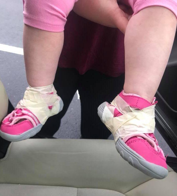 buy popular b69e3 63031 La bimba di 17 mesi si toglie spesso le scarpe, le maestre ...
