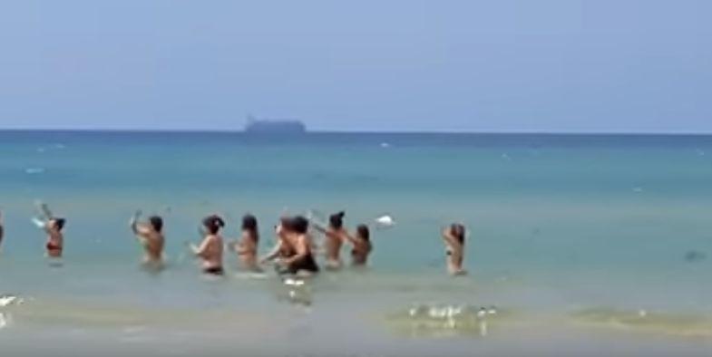 Balli in spiaggia a pozzallo sullo sfondo la maersk con for Gruppo inventa pozzallo