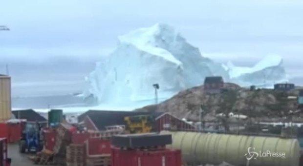 Groenlandia, enorme iceberg minaccia il villaggio: abitanti evacuati