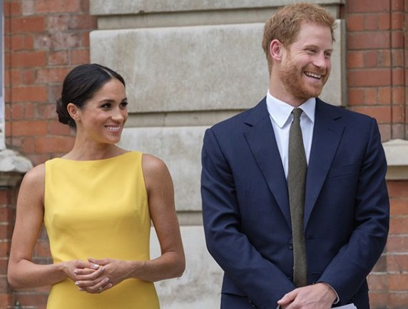 Il look giallo canarino di Meghan Markle al Commonwealth Youth Forum