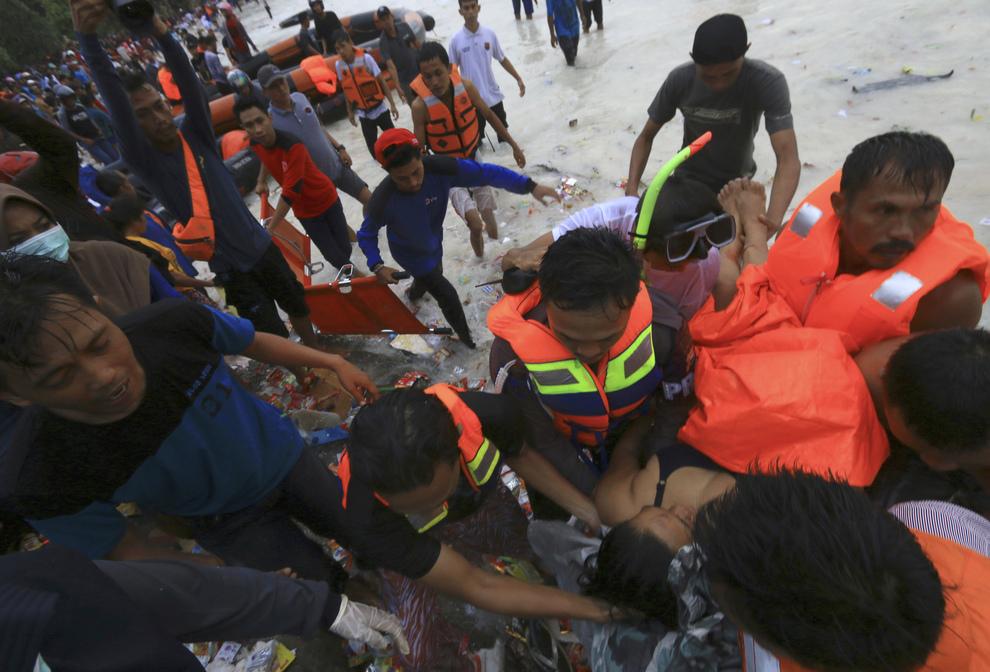 Indonesia, traghetto si arena dopo una tempesta: decine di vittime