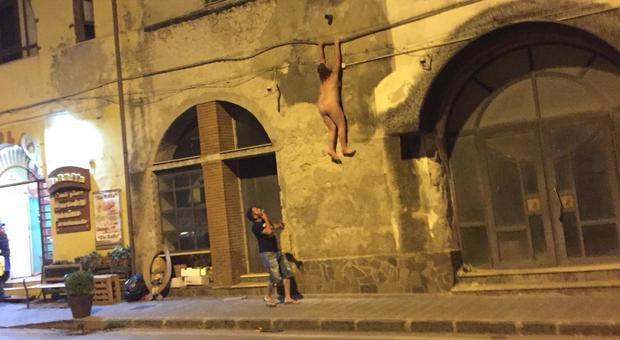 Donna nuda in strada scappata di casa dal balcone per - Cornicione casa ...