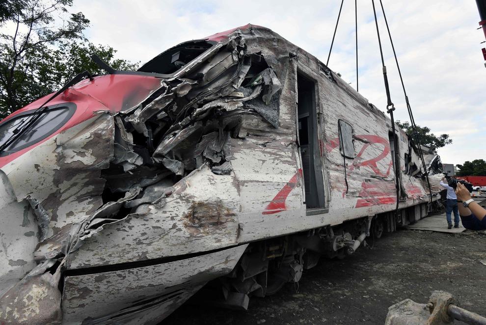 Taiwan, treno deraglia a oltre 150 km/h: schianto terribile