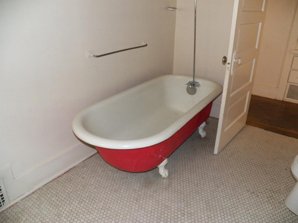 Vasca Da Bagno Bloccata : Resta bloccata per cinque giorni nella vasca da bagno il postino
