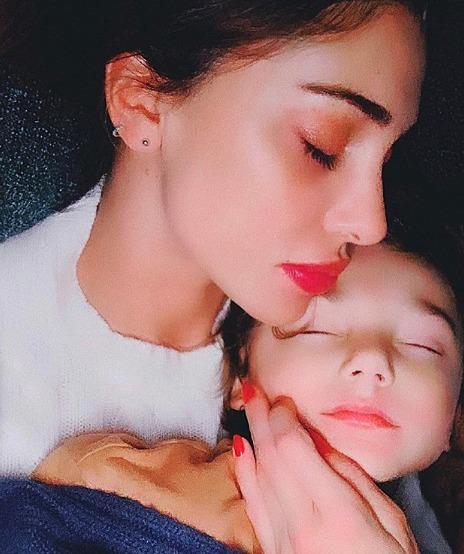 Belen pubblica una tenera foto con Santi addormentato, ma arriva la critica