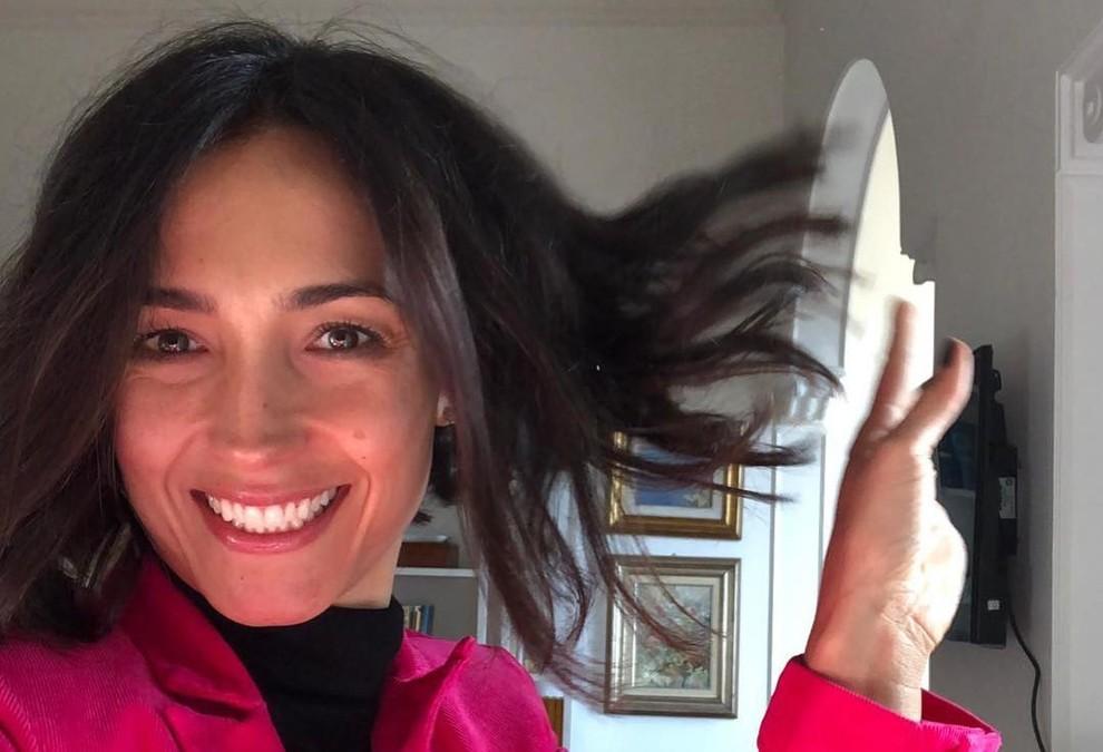 Mamma taglia i capelli alla figlia