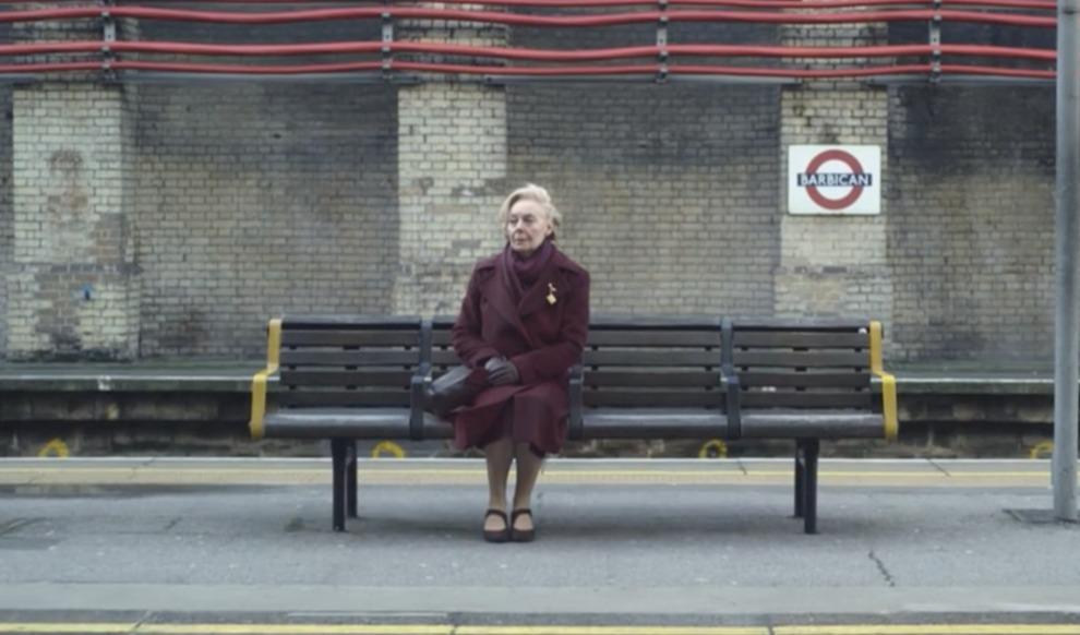 Ogni mattina questa donna va in metro e ascolta il messaggio dell'altoparlante: il motivo è emozionante